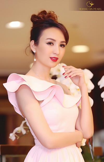 Trang sức dáng dài kết hợp với chiếc đầm hồng nữ tính giúp Hoa hậu Ngọc Diễm thêm trẻ trung, duyên dáng.