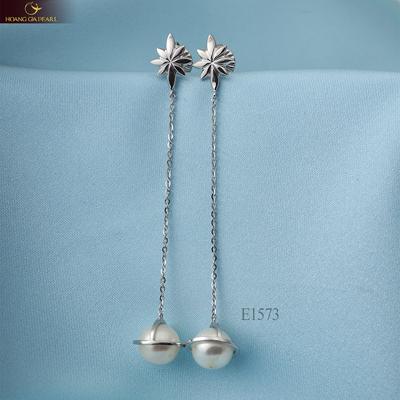 Họa tiết hình tia sáng nhỏ khiến kiểu trang sức dáng dài thêm ấn tượng.