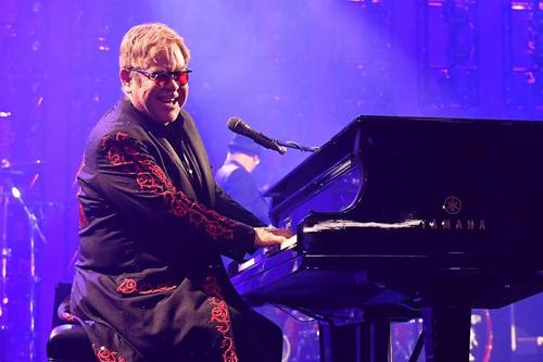 Elton John từng năm lần nhận giải Grammy và một giải Oscar.