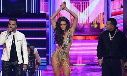 Zuleyka Rivera nhảy trên sân khấu Grammy.