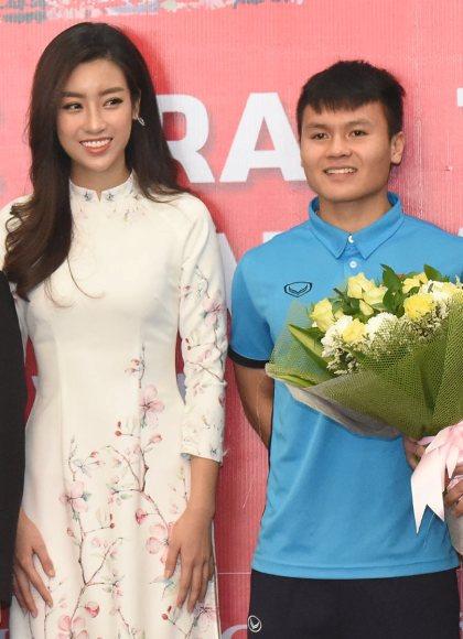 Quang Hải được yêu cầu đứng cạnh Mỹ Linh. Anh ngượng ngùng khibị các đồng đội trêuphải kiễng chân lên để tương xứng với người đẹp. Mỹ Linh cũng cười trước sự nghịch ngợmcủa các cầu thủ U23.