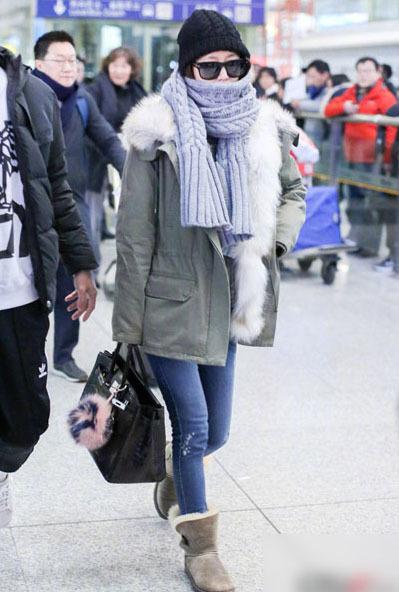 Sau khi chung vui sinh nhật bên chồng, bạn bè, Lâm Tâm Như đáp chuyến bay sang Trung Quốc đại lục làm việc, cô xuất hiện tại sân bay ở Bắc Kinh hôm 28/1.