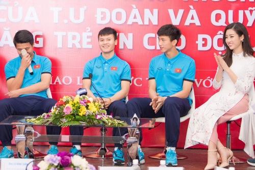 Đỗ Mỹ Linh bày tỏ cômay mắn khi cùng hàng nghìn người hâm mộ có mặttrên sân Thường Châuđể tiếplửa cho đội tuyển U23 Việt Nam ở trận chung kết. Dù trải qua nhiều vất vả do thời tiết không thuận lợi, cô đãkịp có mặt ở sân vận động trước giờ bóng lăn. Vì chen lấnđông đúc, cô còn gặp sự cố mất ba lô ở sân vận động nhưngđược các cổ động viên Việt Nam giữ hộ.