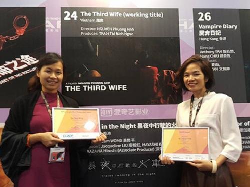 Đạo diễn Nguyễn Phương Anh và nhà sản xuất Trần Thị Bích Ngọc ăn mừng ở Diễn đàn điện ảnh Hong Kong 2016.