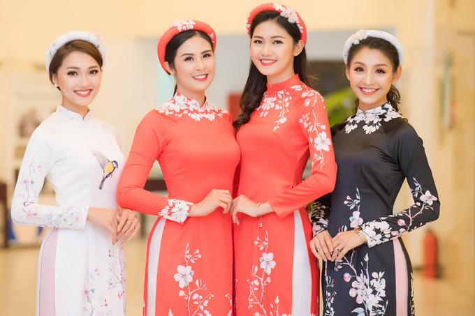 Vợ chồng MC Phan Anh đưa ba con lên sàn diễn áo dài