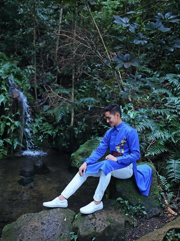 Hồ Vĩnh Khoa cùng bạn đời diện áo dài đôi