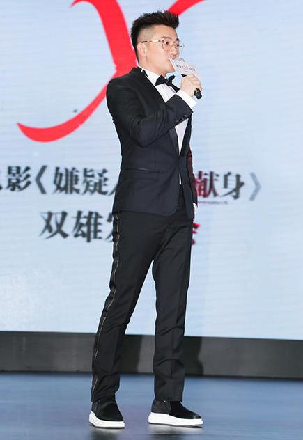 Tài tử kết hợp áo Dolce&Gabbana và quần Lanvin tại một sự kiện ra mắt phim.