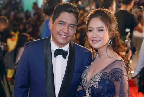 Vợ chồng Thanh Thúy trên thảm đỏ Liên hoan phim Việt Nam 2017.