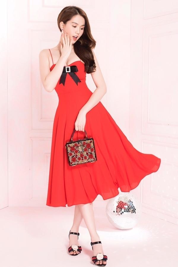 Ngọc Trinh diện váy xẻ ngực, tôn eo
