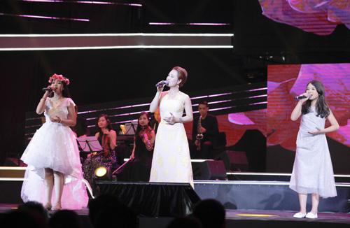 Ca sĩ Uyên Linh (giữa) hòa giọng cùng Hồng Minh (trái), Ngọc Ánh.