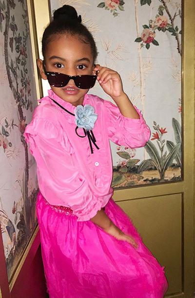 Blue Ivy khá thích màu hồng. Cô bé sở hữu rất nhiều áo váy cũng như quần, túi xách tông màu này. Là sản phẩm của nhà Gucci, chiếc áo trong ảnh có giá 440 USD (10 triệu đồng), còn chân váy có giá 425 USD (9,6 triệu đồng).