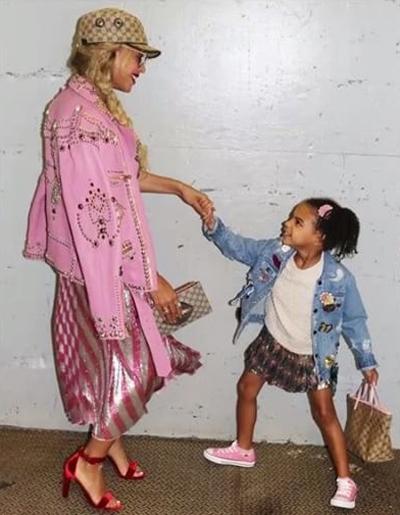 Với phong cách nhí nhảnh, khỏe khoắn, con gái Beyone gây chú ý với túi xách 500 USD (11,3 triệu đồng) kèmáo khoác denim 95 USD (2,1 triệu đồng).