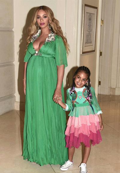 2.100 USD (47,7 triệu đồng) là giá của bộ váy tông xanh hồng của Blue Ivy.