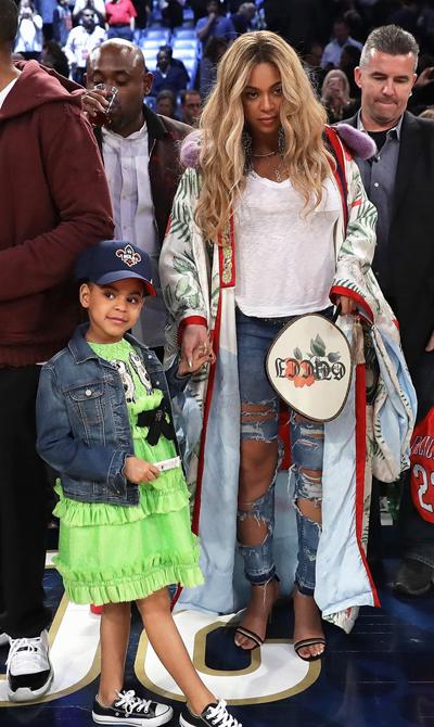 Bộ váy xanh Gucci của cô bé có giá 1.790 USD (40,6 triệu đồng). Trong khi đó, Beyonce mặc áo khoác có giá 21.945 USD (498,7 triệu đồng).