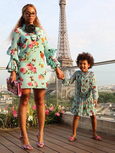 Cô bé mặc váy hoa đôi với mẹ. Thiết kế có giá 655 USD (14,9 triệu đồng).