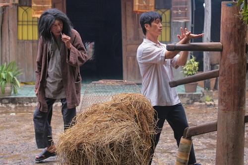 Dustin Nguyễn (phải)và Lê Bình trong phim.