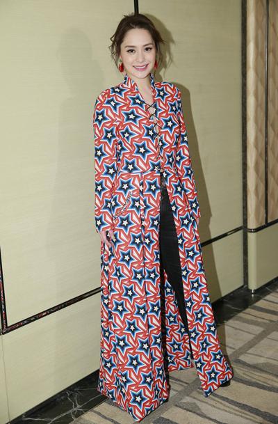 Chung Hân Đồng xuất hiện trong tiệc sinh nhật diễn viên Huệ Anh Hồng, tổ chức ở một khách sạn ở Hong Kong hôm 1/2.