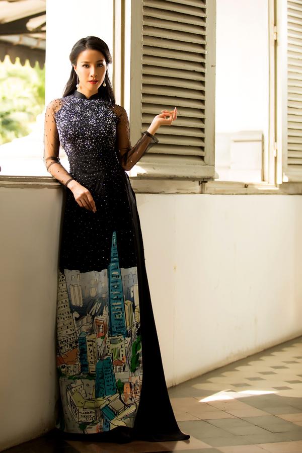 Bảo Trúc tạo dáng với áo dài thêu tay, in 3D