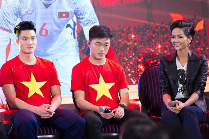 H'Hen Niê 'tim đập, chân run' khi gặp Quang Hải, Xuân Trường U23