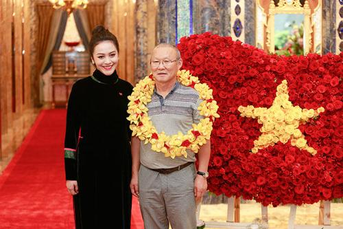 Điểm đặc biệt ấn tượng dành cho huấn luyện viên trưởng  ông Park và đội tuyển là hình dáng lá cờ Việt Nam phấp phới được kết từ 1500 hoa hồng đỏ thắm  biểu tượng của lòng tự hào dân tộc đã được lan toả khắp cả nước trong suốt thời gian diễn ra giải đấu.