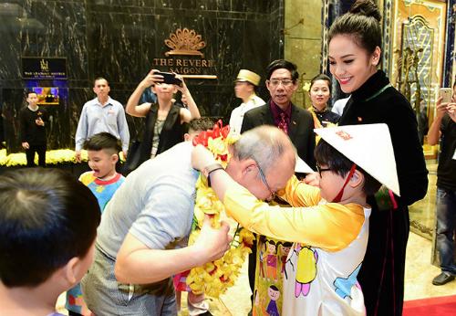 Huệ Vân nở nụ cười tươi và trao vòng hoa cho HLV Park Hang Seo khi gặp mặt.