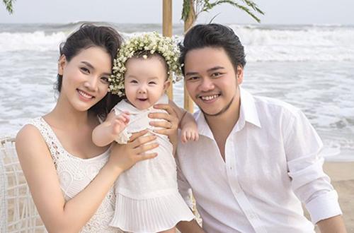 Trang Nhung cùng chồng và con gái đầu.