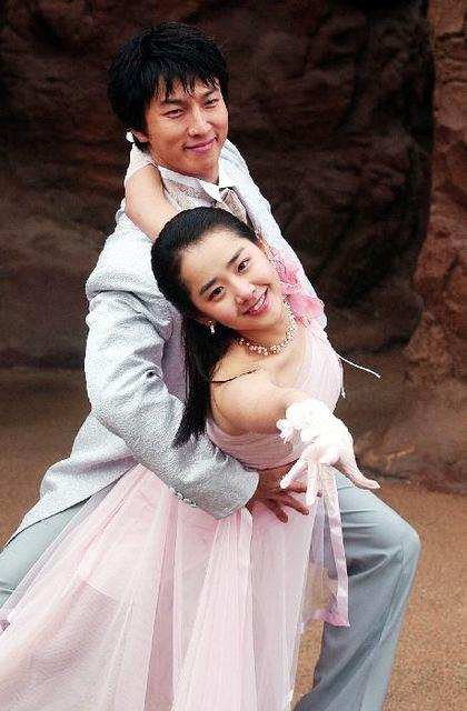 Phim điện ảnh Vũ điệu samba (Innocent Steps) hồi năm 2005 là bước tiến vượt bậc củaMoon GeunYoung trong sự nghiệp. Cô vào vai Chae Rin -giả danh chị gái đến Hàn Quốc học khiêu vũ. Để được lưu trú tại đây, côchấp nhận kết hôn giảvớingôi sao khiêu vũ đã giải nghệ kiêmthầy dạy nhảyYoung Sae (Park Geon Hyungđóng). TheoNaver,diễn xuất có chiều sâu và những bước nhảy điêu luyện của diễn viên 18 tuổi chinh phụcnhững khán giả khó tính nhất. Để đảm nhận vai này, cô phải tập nhảy 10 tiếng mỗi ngày trong suốt nửa năm trời.Vai Chae Rin mang về cho GeunYoung danh hiệu Nghệ sĩ nổi tiếng tại lễ trao giải Chuông Vàng và Diễn viên xuất sắc tạiGolden Cinematography Awards.