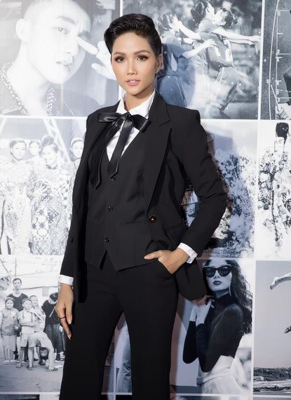 Hoa hậu HHen Niê lại chọn phong cách menswear kín đáo với vest phối cùng quần ống loe.