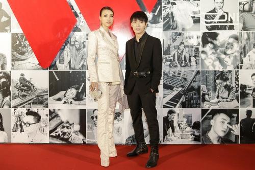 Á hậu Hoàng Oanh cũng  chọn phong cách  tương tự.