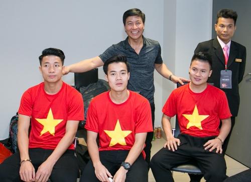 Quốc Tuấn cũng thể hiện tình cảm với các cầu thủ trẻ.