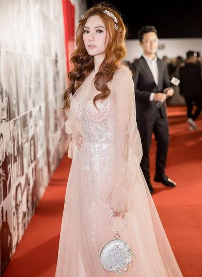 Ca sĩ Thu Thủy chọn phong cách công chúa.