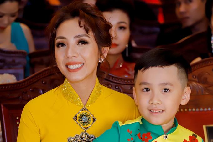 Gia đình Thu Trang - Tiến Luật diện áo dài đi sự kiện