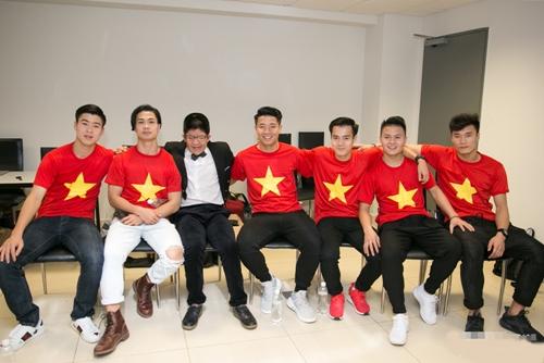 Sau màn trình diễn, Bôm và bố vẫn nán lại ở hậu trường để chờ chụp ảnh cùng các thành viên U23 Việt Nam, cũng là nhữngnhân vật được tôn vinh trong sự kiện này.