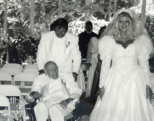 Anna Nicole Smith làm đám cưới với người chồng tỷ phú hơn cô 63 tuổi.