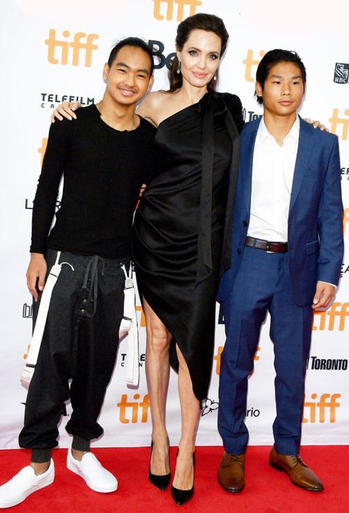Thời trang lên thảm đỏ cùng các con của Angelina Jolie