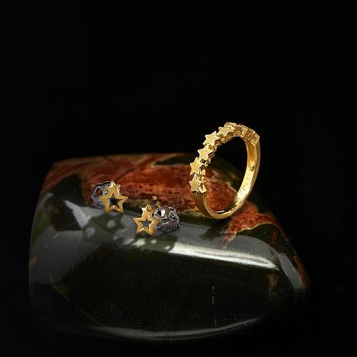 Các biểu tượng ngôi sao vàng, đồng tiền vàng giúp thu hút tài lộc.
