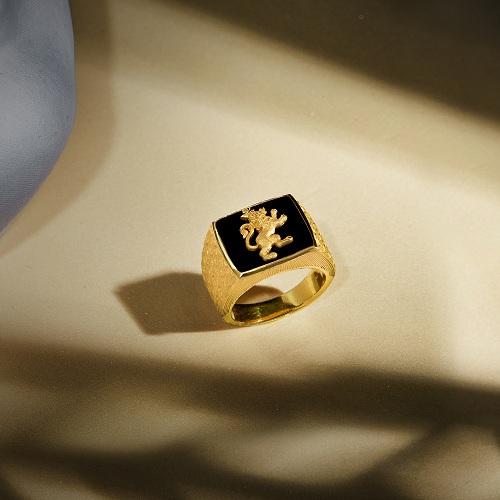 Những chiếc nhẫnchạm khắclân, hổ& mang hình khối vững chãi cũng là sự lựa chọn thích hợp cho phái mạnh.