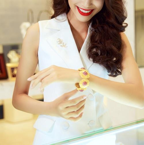 Trang sức vàng sẽlộng lẫy và nổi bật hơn nếu được kết hợp với trang phục phù hợp. Phái đẹp nên lựa chọn bộ cánh tối giản họa tiết để làm nổi bật món trang sức vàng.Một sợi dây chuyền,đôi hoa tai, chiếc nhẫn haylắc tay& bằng vàng 24k tôn lên khí chất, sắc thái riêng biệt của chủ nhân.