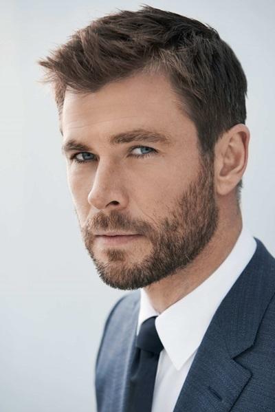 Chris Hemsworth sinh năm 1983, cao 1,9 m.