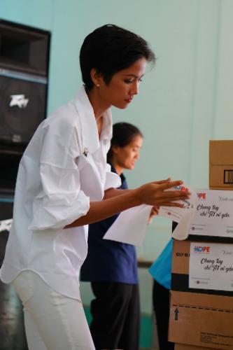 HHen Niê di chuyển từ TP HCM và có mặt tại Trại phong Bến Sắn, tỉnh Bình Dương từ sáng sớm. Vừa đến nơi, cô đã bắt tay chuẩn bị quà tặng cho người có hoàn cảnh thiệt thòi.