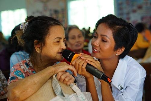 Trong vai trò đại sứ của chương trình, HHen Niê có màn giao lưu, mang đến không khí náo nhiệt cho các cụ. Một bệnh nhân hơn 60 tuổi gửi tặng ca khúc Câu chuyện đầu năm nhân dịp Hoa hậu ghé thăm, trao quà Tết.