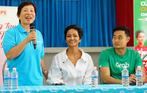 Buổi giao lưu với các cụ già có bà Trương Thị Thanh Thanh - Chủ tịch Quỹ Hy vọng, Hoa hậu HHen Niê và ông Jerry Lim - đại diện đơn vị đồng hành Grab Việt Nam (từ trái sang phải).