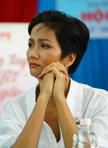 Người đẹp rưng rưng nước mắt khi lắng nghe chia sẻ của ông Phạm Văn Lý, một  người bệnh tại đây