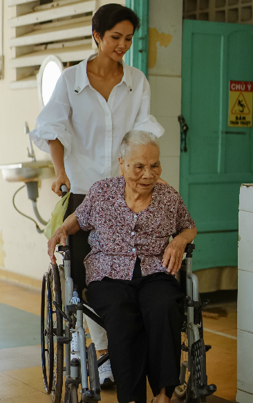 HHen Niê cũng vào các khoa thăm người bệnh phong nặng, khó đi lại, sinh hoạt như người bình thường.