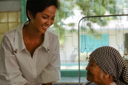 Hoa hậu trò chuyện rôm rả cùng một cụ già cùng quê Đắk Lắk. Cô bất ngờ khi cụ vào trại hơn chục năm nhưng vẫn nhớ rõ về bản làng.
