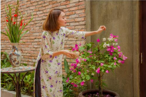 Ninh Dương Lan Ngọc vừa chia sẻ bộ ảnh được lấy cảm hứng từ bộ phimCô Ba Sài Gòn - phim điện ảnh mang lại thành công cho người đẹp trong năm 2017 vừa qua. Ngoài ra, cô cũng tiết lộ nhiều kế hoạch thú vị đón Tết Nguyên đán sắp tới. Bộ ảnh còn có sự tham gia của nghệ sĩ Kim Xuân trong vai mẹ của Lan Ngọc.