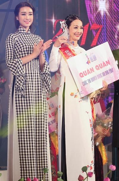 Hoa hậu Việt Nam 2016 trao giải cho người về nhất cuộc thi Duyên dáng áo dài 2017.