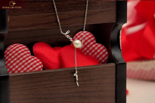 Dây chuyền ngọc trai dáng dài duyên dáng là món quà ghi điểm với phái đẹp.