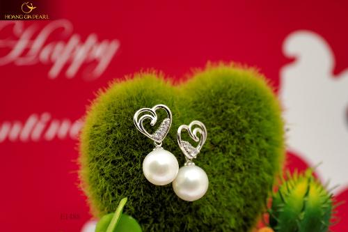 Mỗi thiết kế được chế tác khéo léo, tinh xảo từ đôi bàn tay tài hoa của nghệ nhân Hoàng Gia Pearl để tôn vinh vẻ đẹp, khí chất của phụ nữ.