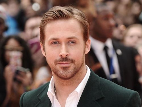 Ryan Gosling sinh năm 1980, cao 1,84 m.